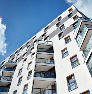 Instaurée en 2014 pour assouplir les dispositions du dispositif Duflot, la loi Pinel facilite, chaque année, l'acquisition de plus de 35,000 biens neufs et destinés à la location. Son objectif est multiple: faciliter l'accès à la propriété à travers des réductions d'impôts conséquentes, mais aussi réguler le marché locatif, grâce à un strict encadrement des loyers. Alors, comment fonctionne exactement le dispositif de la loi Pinel? Quels sont ses avantages, pour les futurs locataires et/ou propriétaires? Et surtout, quelles sont ses conditions d'accès, en termes de durée d'engagement, de revenus, ou encore de type de bien immobilier? Voici tout ce que vous devez savoir surl'investissement locatif avec la loi Pinel. Qu'est-ce que la loi Pinel? Mise au point en 2014, et reconduite jusqu'au 31 décembre 2024,la loi Pinel est un nouveau dispositif fiscalet immobilier qui prévoit desréductions d'impôtsconséquentes – celles-ci peuvent aller jusqu'à 6,000 euros par an – pour l'achat de logements neufs (plus de détails notamment surVINCI Immobilier). Outre les mesures de défiscalisation, le dispositif d'investissement Pinel met également en place un encadrement strict des loyers pratiqués, de façon à rétablir le juste équilibre entre l'offre et la demande. À ce titre, la loi Pinel présente donc plusieurs objectifs: encourager l'investissement locatif, favoriser l'accès à la propriété de nouveaux bailleurs particuliers, favoriser l'accès à la location des revenus moyens, rééquilibrer lemarché immobilier. Quelles sont les conditions d'accès au dispositif Pinel? Le dispositif prévu par la loi Pinel reste néanmoins soumis à des conditions strictes, que ce soit en termes de durée d'engagement, de zone géographique, de loyer, mais aussi de type de bien concerné. Afin de vous aider à choisir le meilleur bien pour votre projet d'investissement en loi Pinel, les conseillers Vinci Immobilier se tiennent à votre écoute. Les conditions en matière de défiscalisation À l'image des lois pr